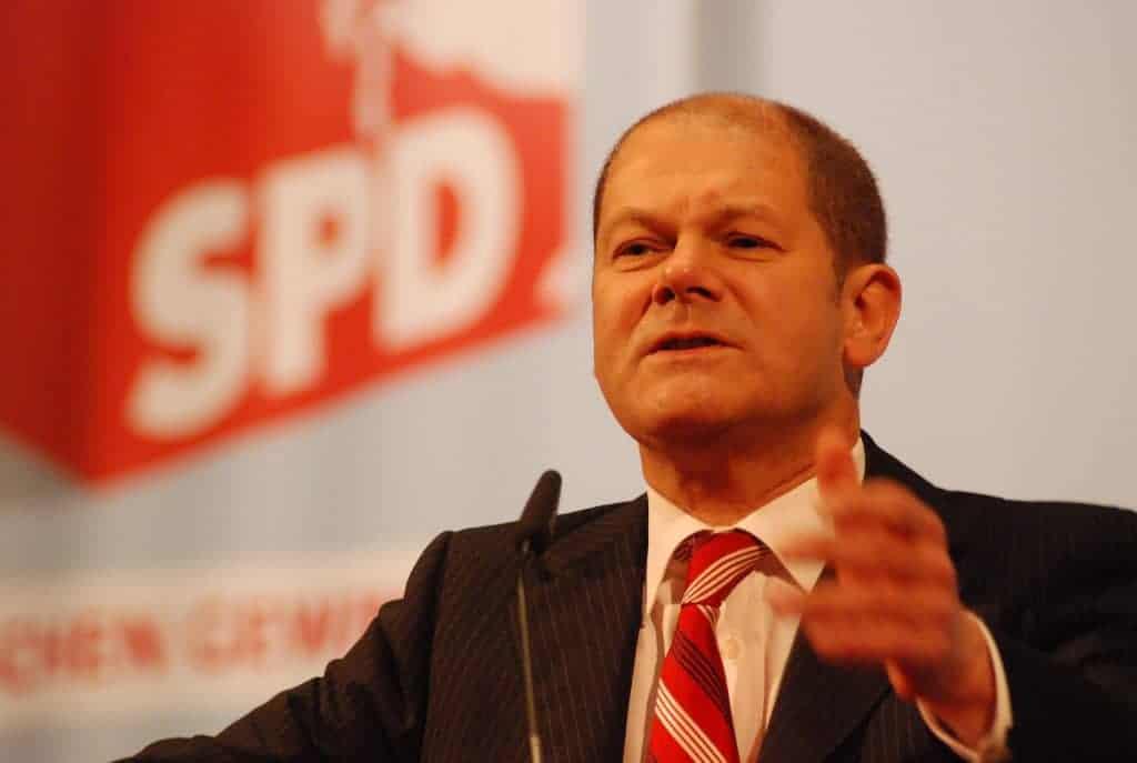 Olaf Scholz - Experte für Sparbuch-Einlagen und Sich-Arm-Reden